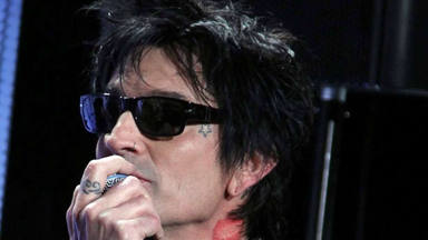 """Tommy Lee (Mötley Crüe) promete """"molestar"""" a la gente con sus dos nuevas canciones"""