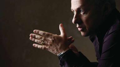 """Mark Knopfler (Dire Straits) desvela lo que """"volvía locos a sus padres"""" de adolescente y que tú también hacías"""