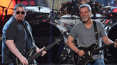"""Eddie Van Halen """"comenzaba a estar sobrio"""" y """"sufría de ansiedad"""" cuando su hijo comenzó a ir de gira con él"""
