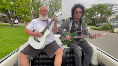Mira a Tenacious D, Amy Lee (Evanescensce) o Steve Lukather tocar juntos esta versión de Ramones