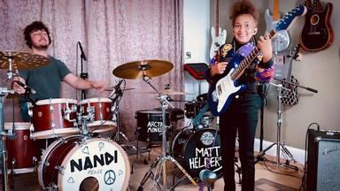 La niña prodigio del rock Nandi Bushell toca este clásico de Arctic Mokeys con el batería de la banda