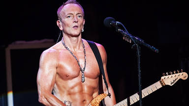 ¿Por qué Phil Collen (Def Leppard) sigue saliendo al escenario sin camiseta los 63 años?