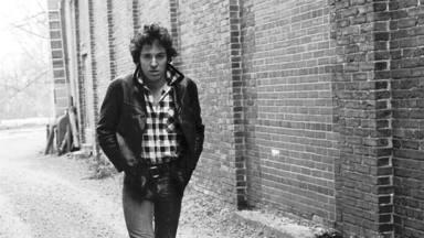 """Cómo Bruce Springsteen se convirtió en un """"fan loco"""" de Elvis y acabó recibiendo """"una patada en el culo"""""""