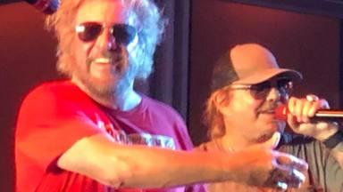 El espectacular regreso de Vince Neil (Mötley Crüe) al escenario para versionar a Led Zeppelin
