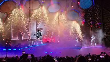 """Gene Simmons se salva """"por los pelos"""" de sufrir un vergonzoso accidente en el último concierto de Kiss"""