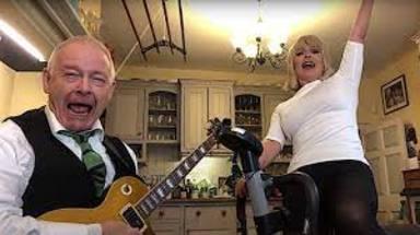 Robert Fripp (King Crimson) y su esposa vuelven a revolucionar Internet tocando este clásico de Aerosmith
