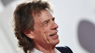La sorprendente reacción de Mick Jagger (The Rolling Stones) ante la mascarilla que le regaló una fan