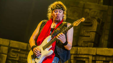 Adrian Smith (Iron Maiden) se sincera sobre sus problemas con el alcohol y las drogas
