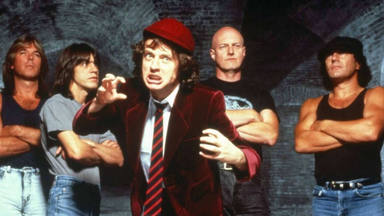 """Thundestruck"" de AC/DC: la falsa historia del avión, un truco musical y el renacer de una banda"