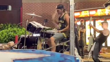 Esta banda de rock impidió que su amigo hiciera horas extra tocando en el autoservicio de su restaurante