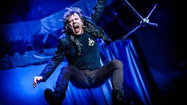 """Bruce Dickinson (Iron Maiden) se sincera sobre su nueva cadera: """"Me verás saltar de árbol en árbol"""""""
