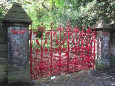 Puerta de acceso a Strawberry field. Foto de Rept0n1x en Wikimedia Commons