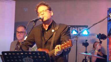 Mira a Jason Newsted (ex-Metallica) hacer una versión de Johnny Cash