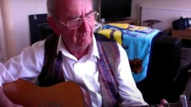Este abuelo tocando Alice In Chains ha revolucionado Internet y enternecido nuestros corazones