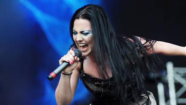"""Amy Lee (Evanescence) recuerda la trágica pérdida de sus dos hermanos: """"No quiero dejarles ir"""""""
