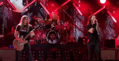Un fan de Foo Fighters toca 'Monkey Wrench' con la banda y deja a Dave Grohl callado