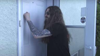 """Este batería te """"enseña"""" a llamar a la puerta al estilo de AC/DC, Metallica o Slayer"""