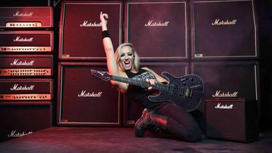 Nita Strauss (Alice Cooper) elegida mejor guitarrista actual