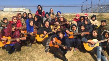 Lanny Cordola, el veterano guitarrista americano desesperado por evacuar a sus alumnas de Afganistán