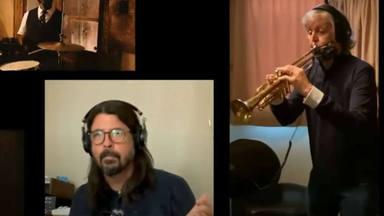 ¿Qué hace Paul McCartney (The Beatles) tocando la trompeta con Dave Grohl y Elvis Costello?