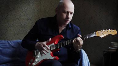 Mark Knopfler sortea una guitarra para las personas sin hogar.