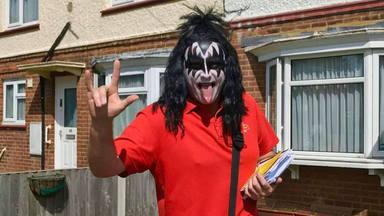 El cartero rockero que ha sorprendido a Gene Simmons (Kiss)