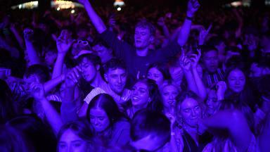 """Así fue el concierto """"de la antigua normalidad"""" en Liverpool, con 5000 personas sin mascarilla ni distancia"""