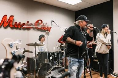 """Vince Neil (Mötley Crüe) aparece en público por primera vez en meses y sorprende a esta """"Escuela de rock"""""""