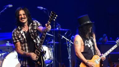 Gilby Clarke explica la razón de peso por la que Guns N' Roses no debería tener tres guitarristas
