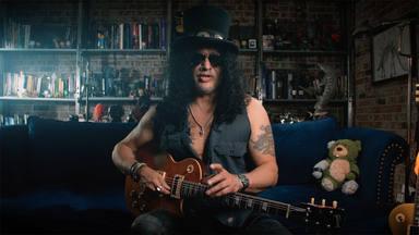 La insólita maestría de Slash (Guns N' Roses) en este campo ajeno a la música que sorprende a sus compañeros