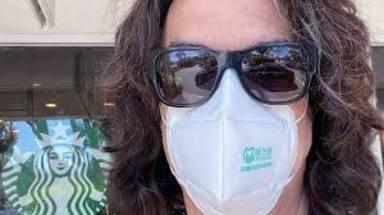 """Paul Stanley (Kiss) comparte su primera foto tras contraer COVID-19: """"¡Voy a salir ahí fuera!"""""""